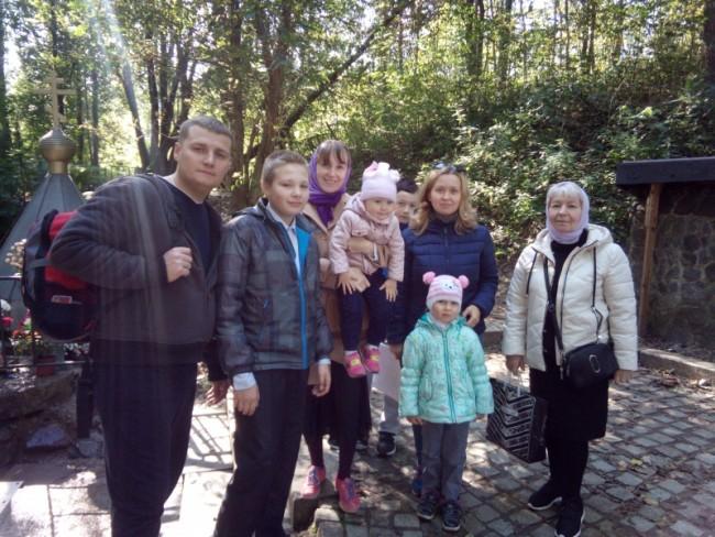 Прихожане храма священномученика Ермогена в Крылатском совершили семейный поход к святому источнику