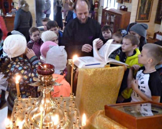 Ученики школы №97 посетили храм Смоленской иконы Божией Матери в Фили-Давыдкове