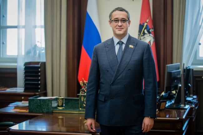 Председатель Московской городской Думы А.В. Шапошников поздравляет с Днем народного единства