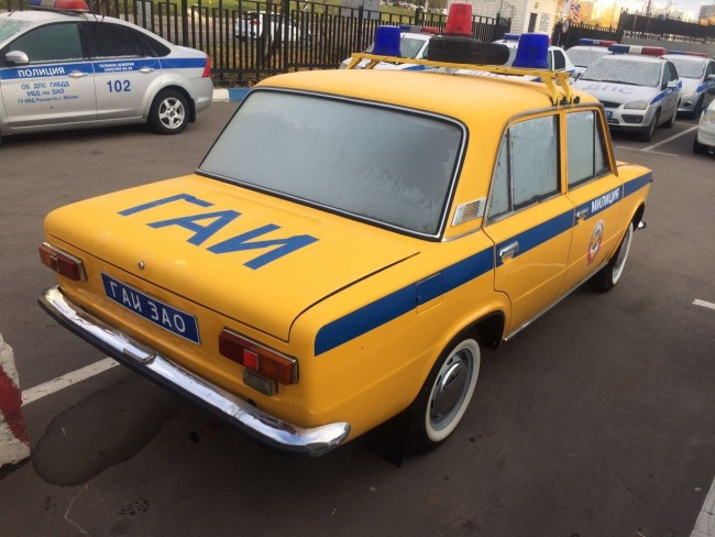 Сотрудники Госавтоинспекции ЗАО в честь столетия милиции отреставрировали патрульный автомобиль ГАИ