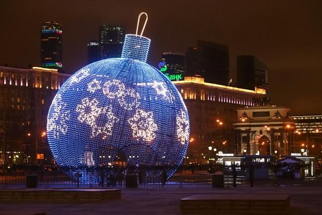 На Поклонной горе начали собирать самый большой елочный шар в мире