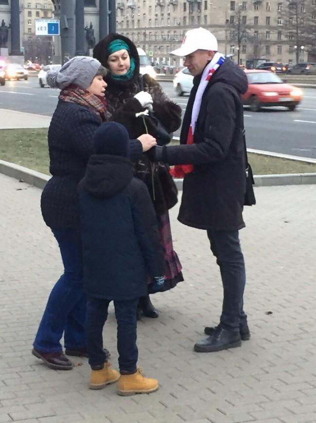 Молодогвардейцы ЗАО поздравили женщин с Днем матери