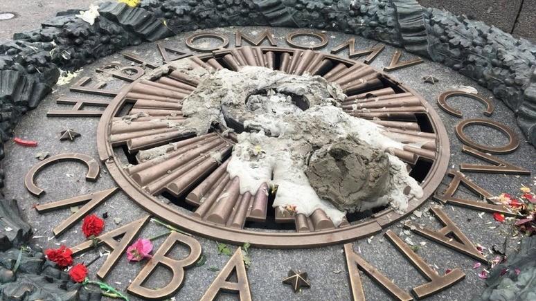Вандалы во второй раз залили Вечный огонь в Киеве цементом