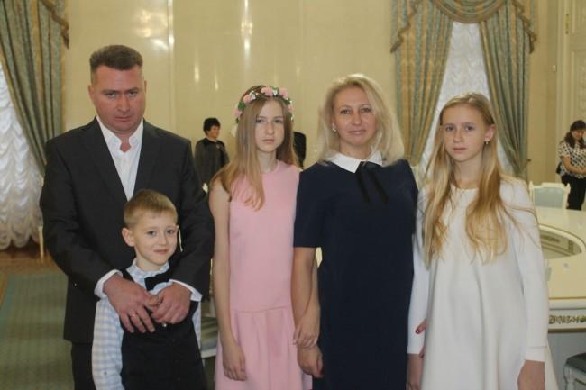 Две многодетные семьи из Западного округа получили государственные награды из рук мэра