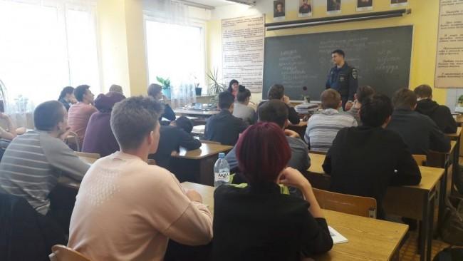 Сотрудники МЧС напомнили студентам ЗАО о правилах безопасного использования пиротехники