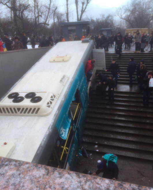 Автобус врезался в подземный переход станции «Славянский бульвар» на Западе Москвы