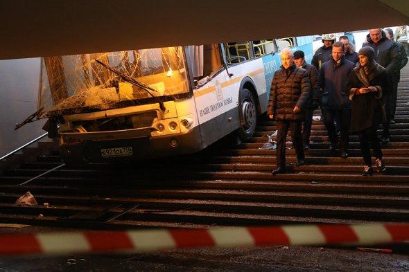 Авария на «Славянском бульваре»: водитель не справился с управлением