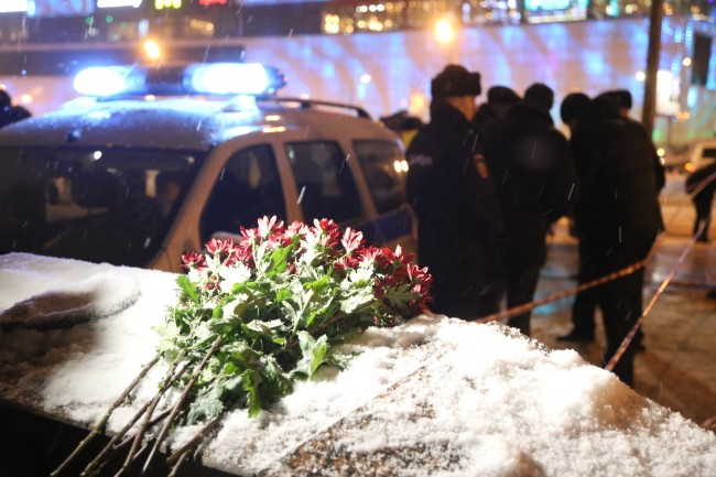 Москвичи несут цветы к месту трагедии