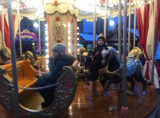 «Путешествие в Рождество» приглашает прокатиться на каруселях на улице Ярцевской