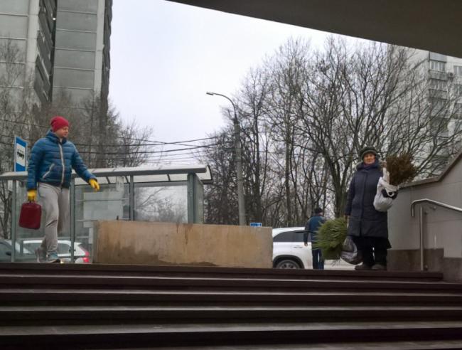 Возле станции метро «Славянский бульвар» установлены бетонные блоки