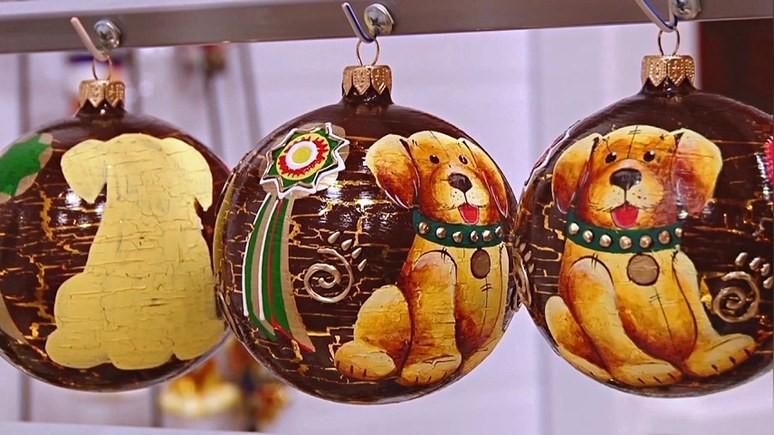 NTD: в этом году россияне украшают ёлки футбольными мячами и собачками